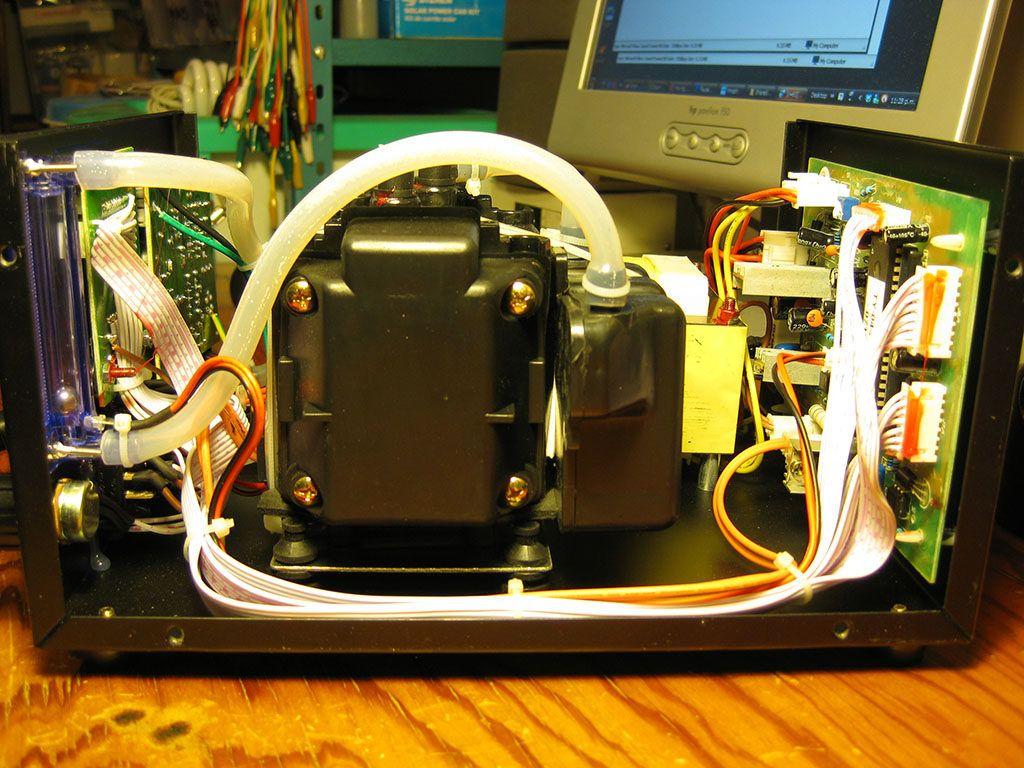 El compresor de diafragma ocupa una buena cantidad de espacio dentro de la estación de soldadura.