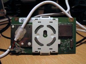 La tarjeta con el botón de encendido del xbox contiene también el receptor de RF para los controles inalámbricos.