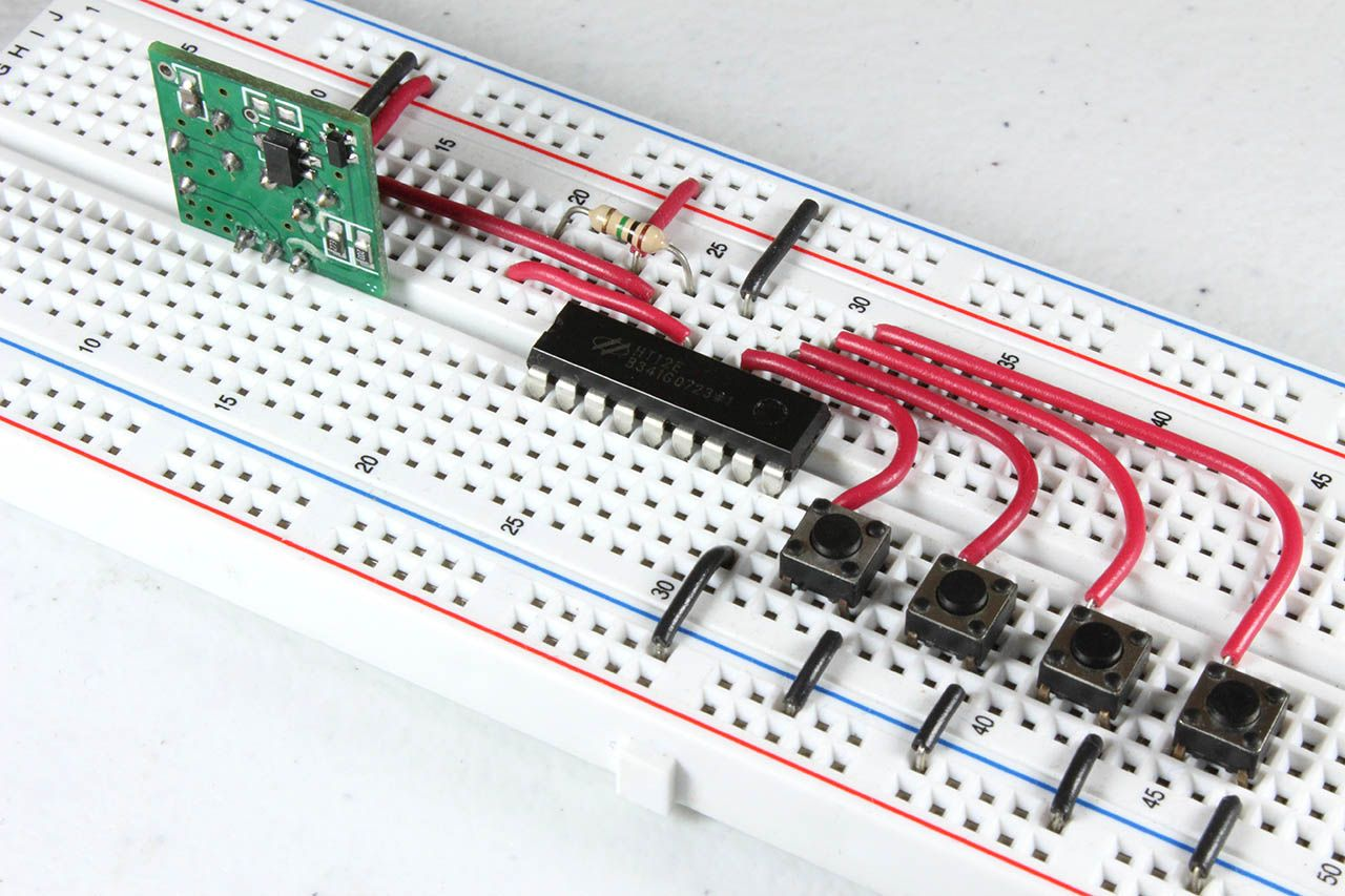 Circuito Transmisor con HT12E armado en un protoboard. Se han conectado 4 botones correspondientes a los 4 bits de datos.