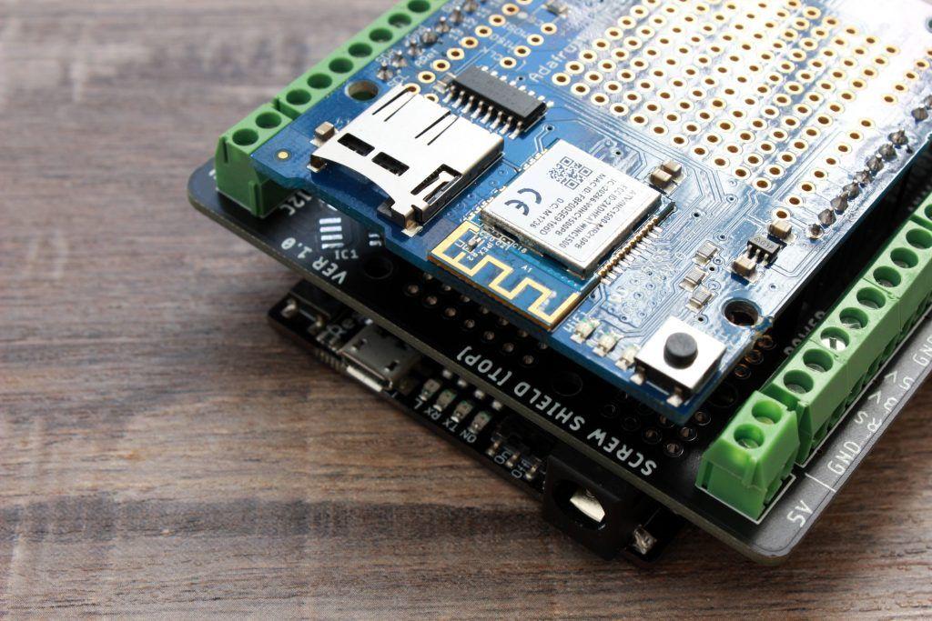 Para armar el shield de esta forma, requerimos adquirir el kit de conectores apilables para Arduino con accesorio
